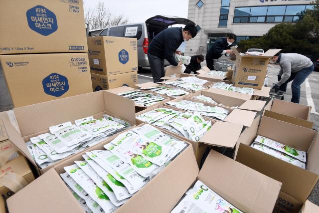 ▲ 26일 춘천의 한 의약품배송업체에서 직원들이 마스크 수급 완화 대책의 일환으로 도내 약국에 보급되는 마스크를 분류하며 배송준비를 하고 있다.   최유진