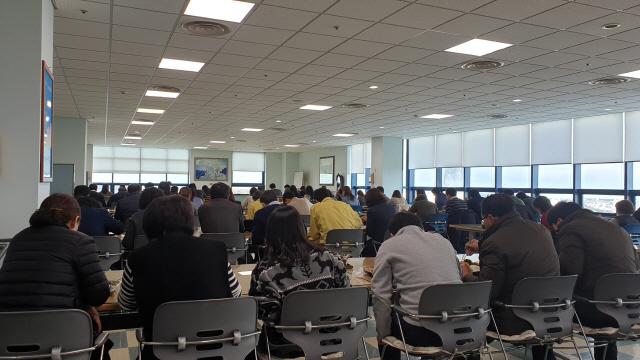 ▲ 코로나19 감염 예방을 위해 27일 시청 내 구내식당에서 공무원들이 한 쪽 방향으로 앉아 식사를 하고 있다.