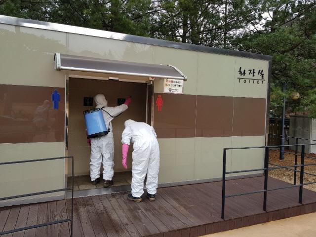 ▲ 영월군 산불 진화대원이 공중화장실에서 코로나19 방역을 하고 있다.
