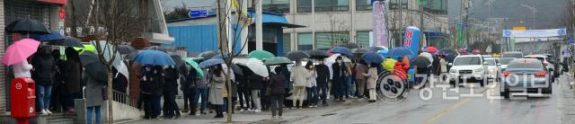 ▲ 춘천에서 읍,면,동 단위 우체국에서 공적 마스크 판매가 시작된 28일 춘천 동면우체국에서 우산을 쓴 시민들이 구매 순서를 기다리며 줄지어 서 있다. 서영