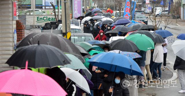 ▲ 춘천 읍,면,동 단위 우체국에서 공적 마스크 판매가 시작된 28일 춘천 동면우체국에서 우산을 쓴 시민들이 구매 순서를 기다리며 줄지어 서 있다. 서영