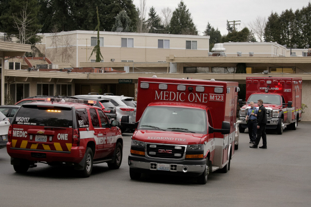▲ An ambulance transports a patient from the Life Care Center of Kirkland, the long-term care facility linked to the two of three confirmed coronavirus cases in the state, in Kirkland, Washington, U.S. March 1, 2020. REUTERS/David Ryder
