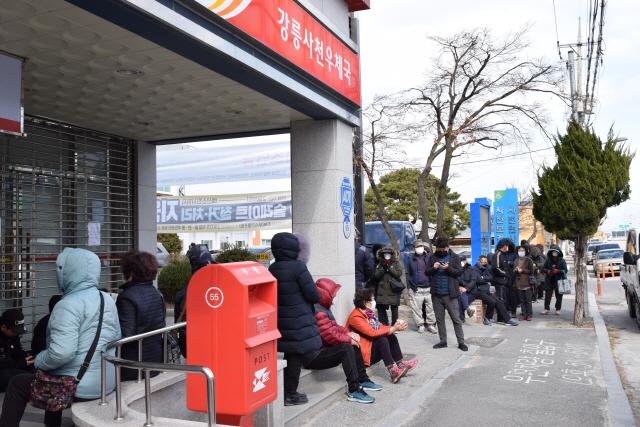 ▲ 2일 시민들이 마스크를 사기 위해 우체국 앞에서 길게 줄을 서고 있다.