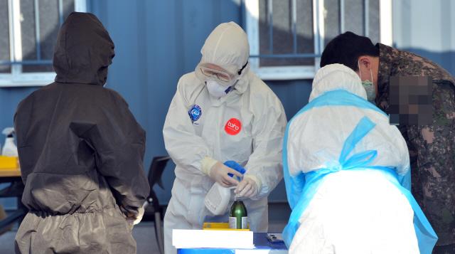 ▲ 2일 춘천시 보건소 코로나19 선별진료소에서 군장병이 검사를 받고 있다.  서영