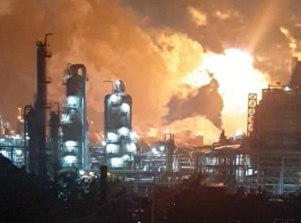 ▲ 4일 오전 2시 59분께 충남 서산시 대산읍 롯데케미칼 대산공장에서 폭발사고가 발생했다. 이 불로 현재까지 근로자 6명이 다쳐 병원으로 옮겨진 것으로 알려졌다. 2020.3.4