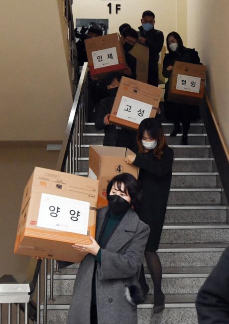 ▲ 4일 도교육청에서 시·군 교육지원청 관계자들이 긴급돌봄교실에 공급하는 마스크를 수령해 옮기고 있다.   최유진
