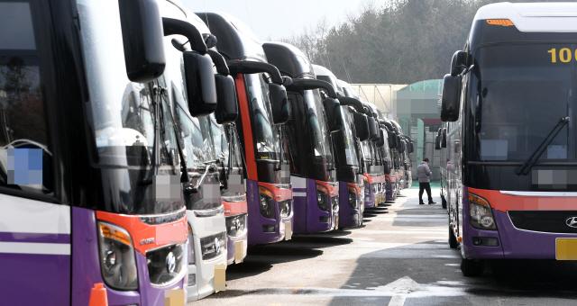 ▲ 봄 관광철이 시작됐지만 코로나19 여파로 렌터카 및 여행업계가 직격탄을 맞고 있다. 4일 춘천의 한 여행사 차고지에 전세버스가 줄지어 서 있다.   최유진