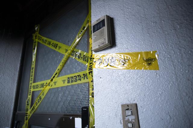 ▲ 4일 오후 화재로 어린이 3명이 숨진 서울 강동구의 한 주택에 폴리스 라인이 설치돼 있다. 2020.3.4