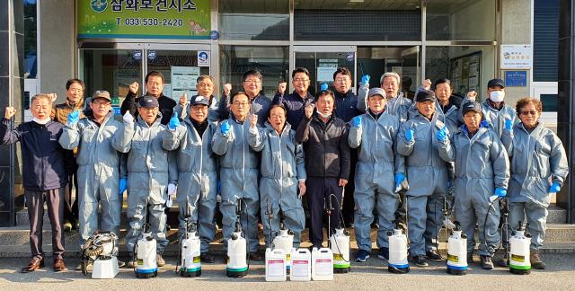 ▲ 쌍용동우회(회장 김동철)는 5일 동해시 삼화동 일대에서 코로나19 확산방지 방역활동을 했다.