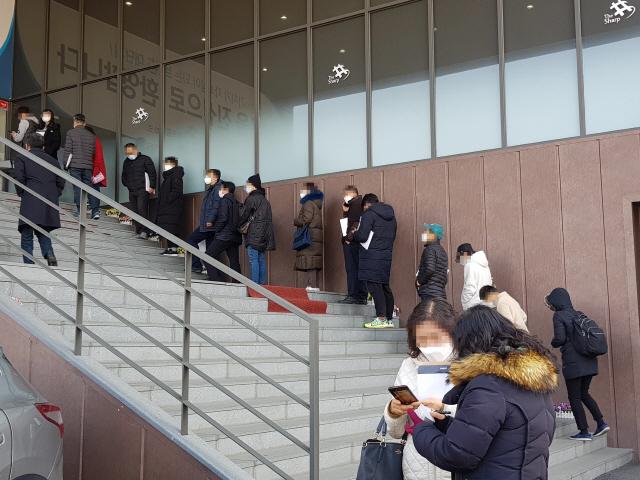▲ 5일 원주 포스코 더샵 센트럴파크아파트 분양홍보관에 수 십명이 줄을 서 대기하고 있다. ▶관련기사 11면