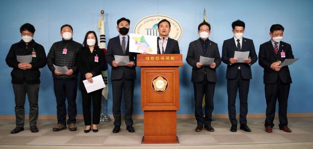 ▲ 미래통합당 김진태 의원(오른쪽 네번째)이 5일 오후 국회 정론관에서 선거구 획정 관련 기자회견을 하고 있다.