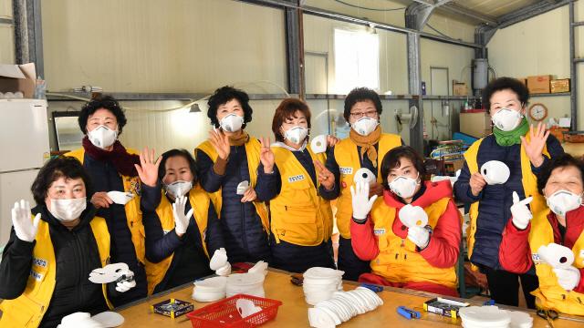 ▲ 정선군이 코로나19 극복을 위해 직접 마스크 제작·보급에 나선 가운데 지난 6일부터 자원봉사자들이 농공단지 공장에서 마스크 제작 지원에 나서고 있다.