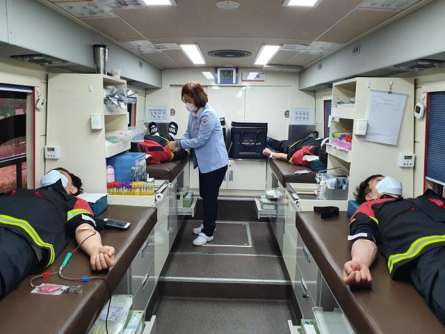 ▲ 동부산림청 직원들은 최근 코로나19 확산으로 혈액이 부족하자 생명나눔 헌혈 릴레이를 실시하고 있다.
