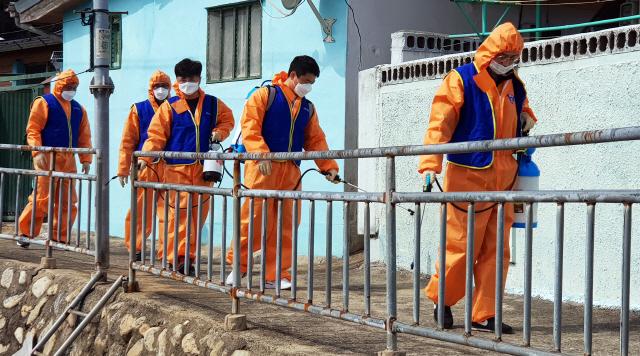 ▲ 동해시시설관리공단은 9일 방역소독기 5대를 이용해 태풍피해 밀집지역에서 코로나19 방역활동을 벌였다.