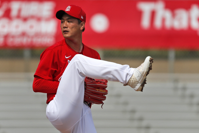 ▲ St. Louis Cardinals pitcher Kwang-Hyun Kim throws during the first inning of a spring training baseball game against the Miami Marlins Wednesday, Feb. 26, 2020, in Jupiter, Fla. (AP Photo/Jeff Roberson)