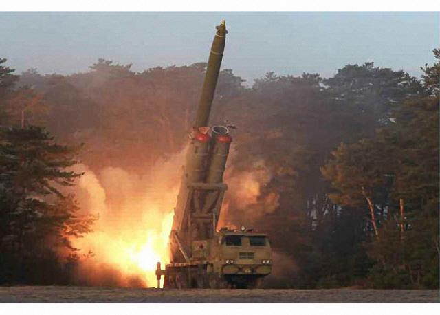 ▲ 북한이 공개한 '초대형 방사포' 추정 무기