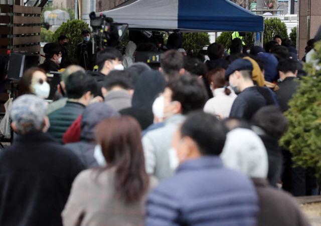 코로나19 무더기 확진자가 발생한 서울 구로구 신도림동 코리아빌딩 앞에 임시 검사소가 설치되었다. 검사소에 입주민과 확진자 접촉이 의심스러운 시민들이 몰리며 대기 줄이 오후임에도 길게 유지되고 있다. 2020.3.10