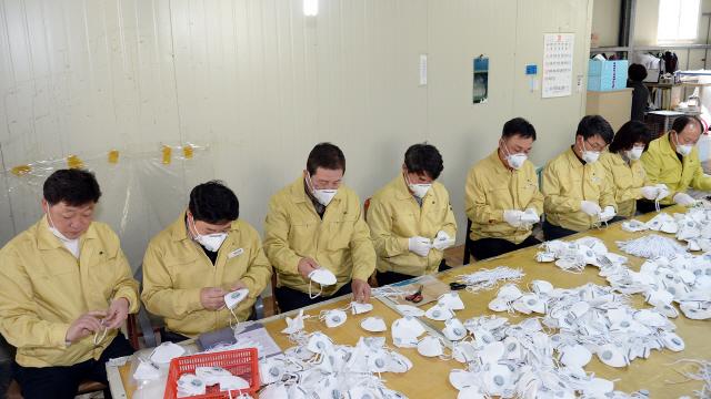 ▲ 정선군의회 의원들이 10일 정선 남면 증산농공단지 마스크 생산업체를 방문해 자원봉사 활동에 나서고 있다.