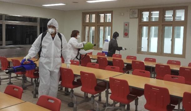 ▲ 평창교육지원청(교육장 김종준)은 각급 학교의 코로나19 확산예방을 위해 10일부터 지역내 학교 33곳을 대상으로 학교시설 특별소독에 들어갔다.