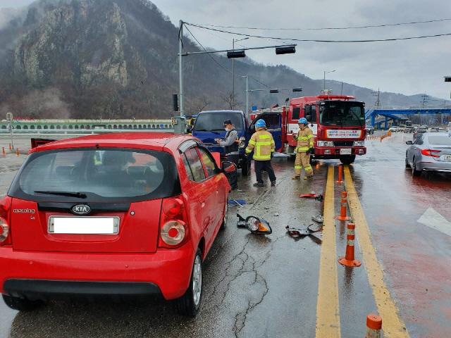 ▲ 10일 오전 10시 40분쯤 춘천시 서면 당림리 강촌 삼거리에서 1t트럭과 모닝차량이 충돌하는 사고가 발생했다.이 사고로 트럭 운전자 A(53)씨와 모닝차량 운전자 B(54·여)씨가 다쳐 출동한 119에 의해 인근 병원으로 옮겨졌다.경찰은 정확한 사고 원인을 조사중이다.  구본호