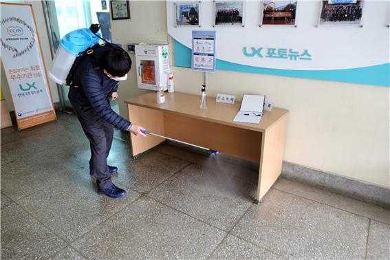 ▲ LX 한국국토정보공사 강원본부는 10일 코로나19 감염증 확산 방지를 위해 청내 집중방역에 나섰다.