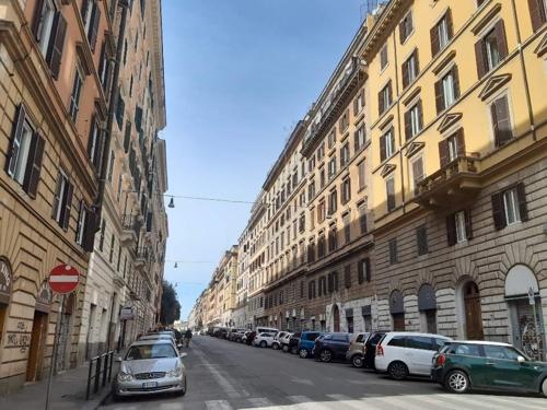 ▲ 10일(현지시간) 행인을 찾아보기 힘든 로마 중심가의 텅 빈 모습.
