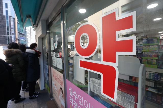 ▲ 11일 오후 공적 마스크를 판매를 예고한 서울의 한 약국 앞에서 시민들이 마스크 구매를 위해 줄을 서 있다. 2020.3.11