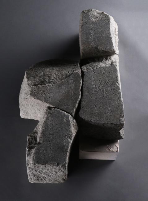 ▲ 탑비 조각 중 7점이 접합된 조각.
