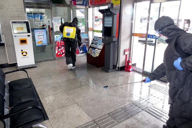 ▲ 육군 7사단 화생방지원대 장병들이 화천 공영버스터미널에서 방역활동을 벌이고 있다.