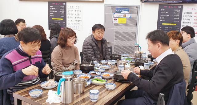 ▲ 조인묵 군수는 12일 부서별 외식의 날에 참석,직원들과 함께 식사를 하며 애로사항을 청취하고 있다.