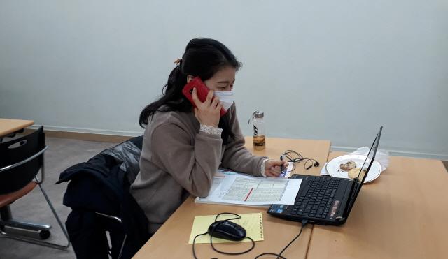 ▲ 12일 화천읍 화천학습센터에서 초등영어 아카데미 강사들이 학생들과 일대일 전화수업을 하고 있다