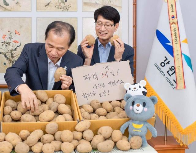▲ 최문순 도지사와 이영일 도 농정국장이 감자 판매 SNS홍보 활동에 나선 모습 <출처=도청 페이스북>