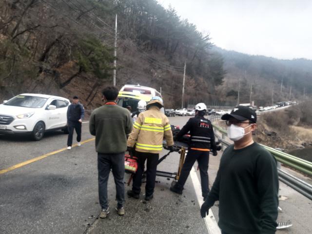 ▲ 철원소방서 소방관들이 17일 퇴근길에 발생한 교통사고 현장에서 신속하게 구조활동을 벌이고 있다.
