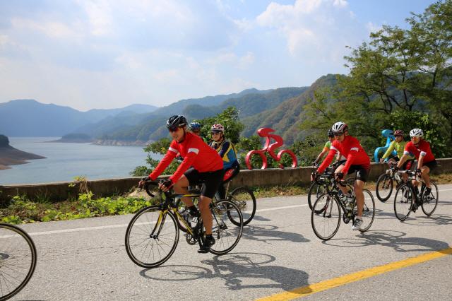 소양강 꼬부랑길에서 자전거동호인들이 라이딩을 하고 있다.