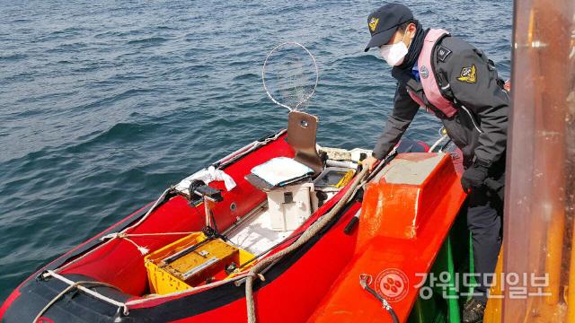 ▲ 지난 21일 동해시 옥계항 550m 해상에서 표류 중인 소형 고무보트를 동해해경이 예인하고 있다.