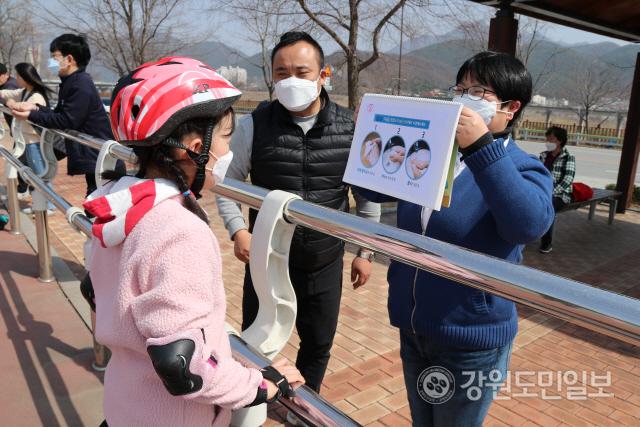 ▲ 영월군청소년수련관(관장 박금성)은 지난 21일 수련관 인근 야외공원 등에서 어린이와 청소년 대상 코로나19 예방 캠페인을 했다.