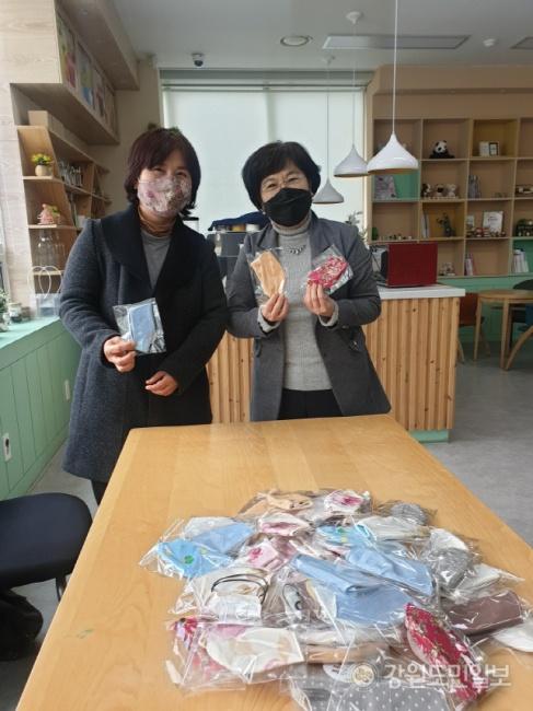 ▲ 횡성여성농업인센터(센터장 한영미)는 최근 취약계층 아동세대를 위한 면마스크 50개를 직접 제작,횡성군에 전달했다.