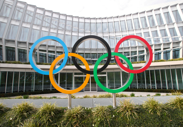 ▲ FILE PHOTO: The Olympic rings are pictured in front of the International Olympic Committee (IOC) in Lausanne, Switzerland, March 17, 2020. REUTERS/Denis Balibouse/File Photo <All rights reserved by Yonhap News Agency>