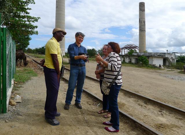 ▲ 쿠바 마나티에 사는 마리셀라 누에스 뻬레스가 최근 마나티 설탕공장에서 진용선 소장과 에스민다 아마도 김에게 아리랑과 한인들이 살아온 이야기를 들려주고 있다.
