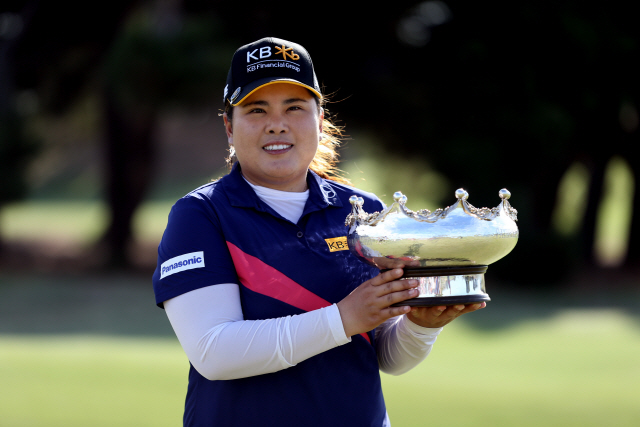 ▲ epa08221174 Winner Inbee Park from South Korea poses with the trophy during day 4 of the Women's Australian Open golf tournament at Royal Adelaide Golf Club in Adelaide, South Australia, Australia, 16 February 2020.  EPA/KELLY BARNES AUSTRALIA AND NEW ZEALAND OUT