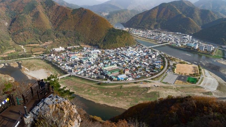 ▲ 드론으로 촬영한 전망대와 정선읍 전경.[사진제공 정선군]
