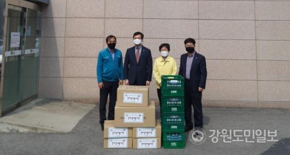 ▲ 국민건강보험공단 강릉지사(지사장 김평)와 건이강이봉사단은 최근 시 보건소를 방문해 코로나19 응원 후원품을 전달했다.