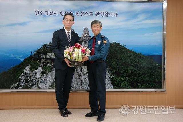 ▲ 이광연 NH농협 원주시지부장은 25일 김진환(사진) 경찰서장과 이병은 소방서장에게 꽃바구니를 전달했다.