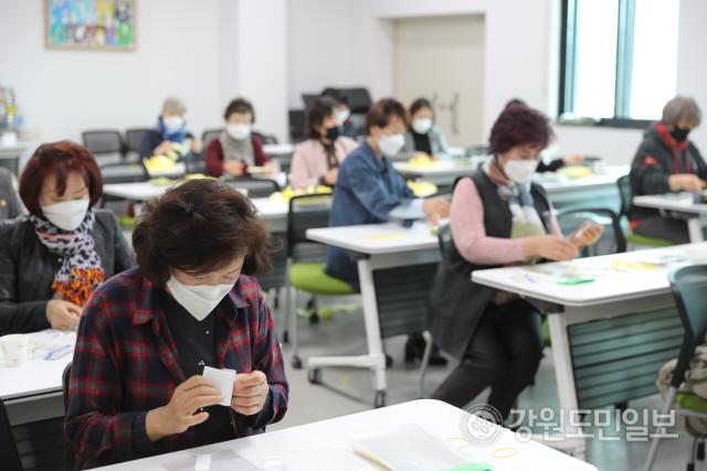 ▲ 철원군여성단체협의회(회장 지현정)회원들은 25일 철원문화원에서 수제 착한 마스크 만들기 봉사활동을 펼쳤다.