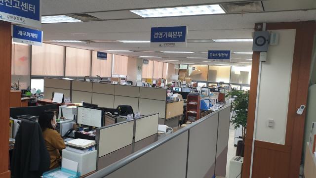▲ 지난 24일부터 재택근무를 실시한 강원문화재단 사무실 모습.