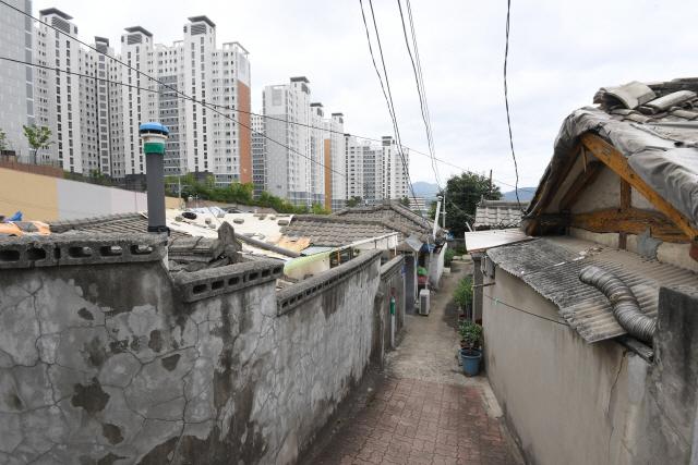 ▲ 재개발을 앞두고 사람들이 떠난 기와집골은 스산하기까지 하다. 고층 건물 옆으로 자리잡은 기와집골이 마치 도시 속 섬과 같아 보인다.     최유진
