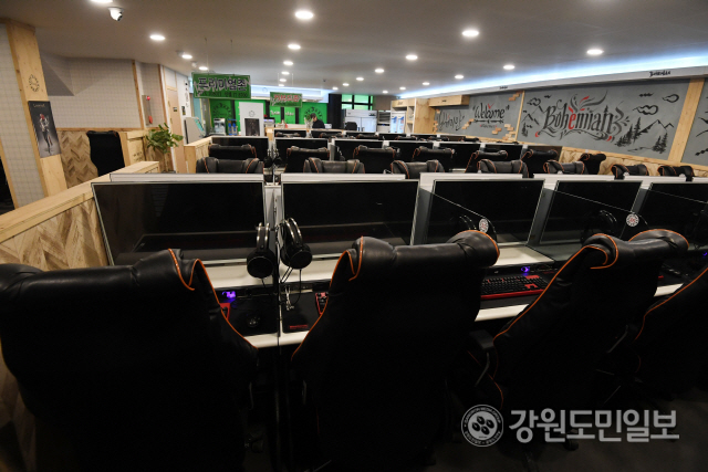 ▲ 코로나19 여파로 인해 자영업자들이 극심한 어려움을 겪고 있다. 25일 춘천의 한 대학 인근 PC방이 손님의 발길이 끊겨 텅 비어 있다.   최유진