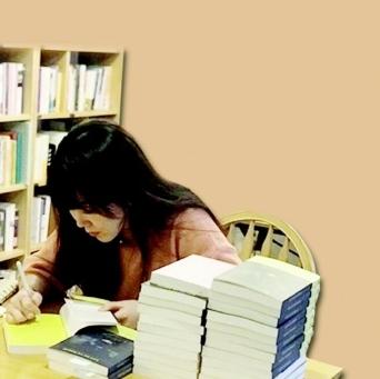 """▲ 홍승은 작가는 """"글쓰기 과정에서 자신이 겪은 상처가 정말 내가 짊어져야 하는 고통인지 질문하면 내 몫이 아닌 부분을 덜어낼 수 있다""""고 했다."""