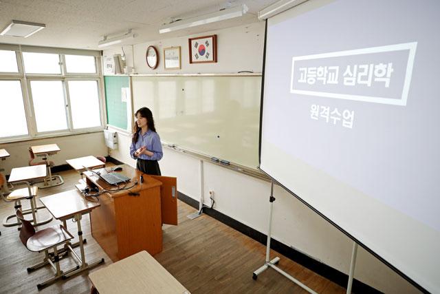 ▲ '온라인 개학 대비' 원격 수업 연습하는 교사[연합뉴스]