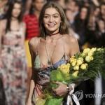 톱 디자이너와 '잇걸'의 만남…타미x지지 패션쇼